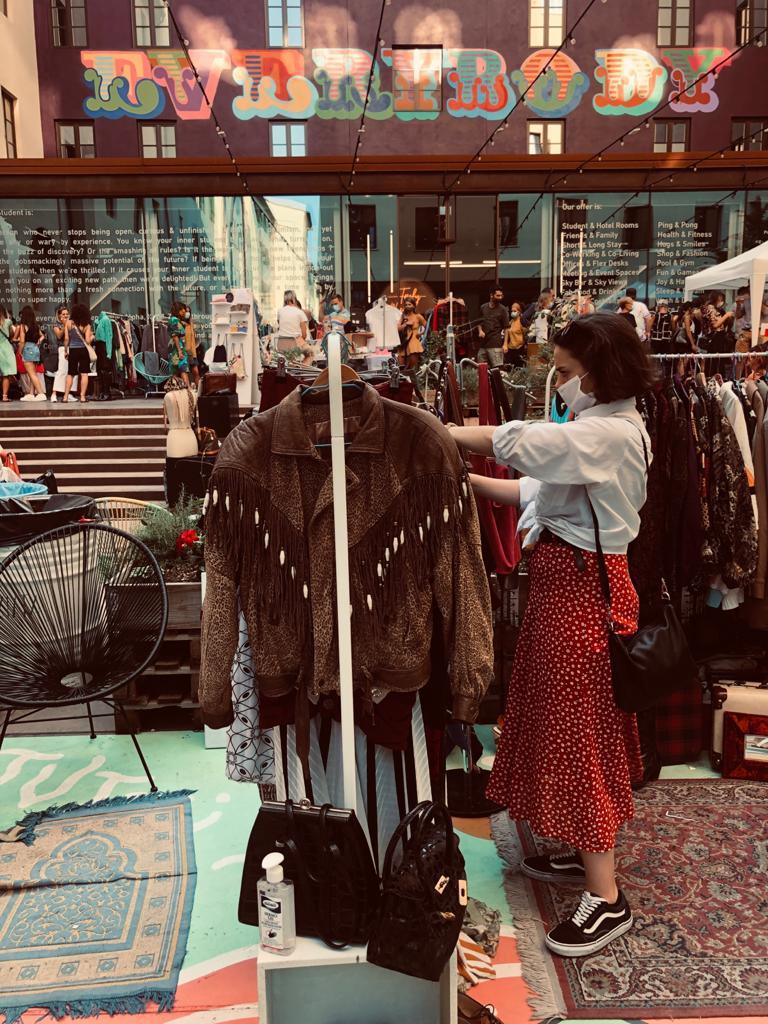 stylist irene bennati durante un mercatino